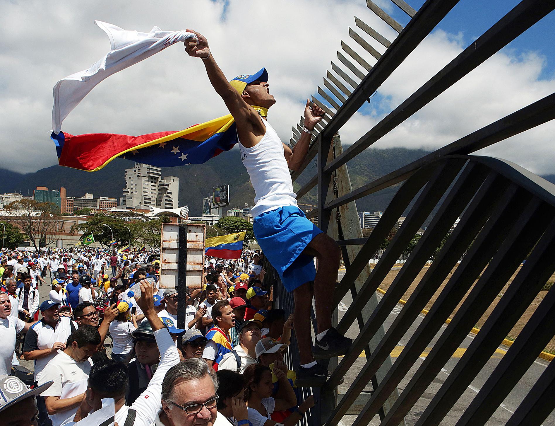 Simpatizantes de Guaidó participan el sábado de una marcha en Caracas para pedir la entrada de ayuda humanitaria en Venezuela.