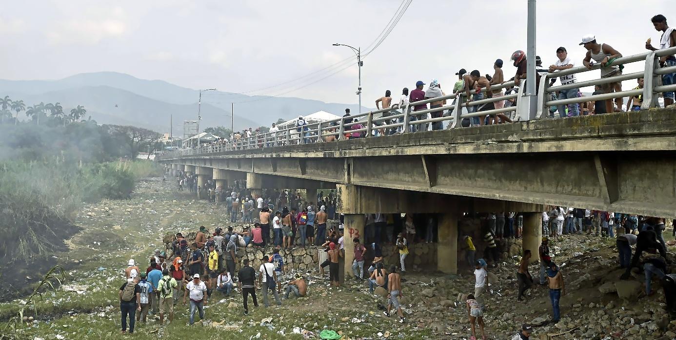 Manifestantes se reúnen en el puente Simón Bolívar, en Colombia, tras el cierre temporal de la frontera.