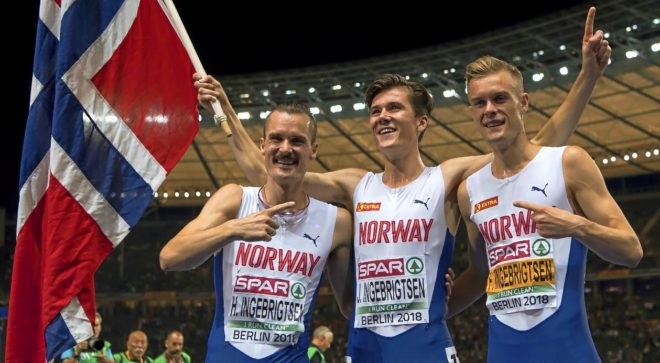Jakob Ingebrigtsen, con sus hermanos Henrik (izda) y Filip, tras ganar el 1.500 en el Europeo de Berlín.