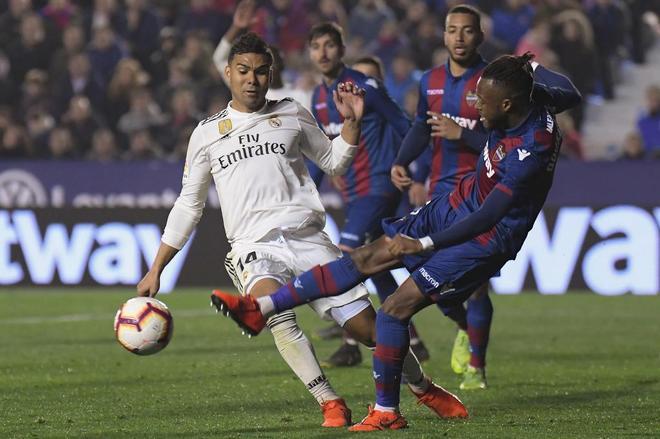 Doukoure y Casemiro, en la jugada del segundo penalti pitado al Levante.