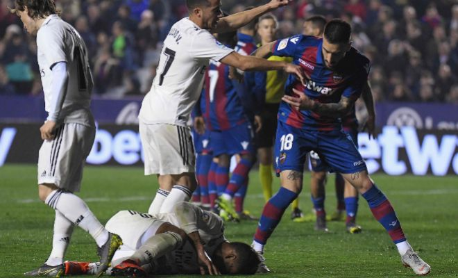 Casemiro en el suelo tras el supuesto penalti de Doukoure.