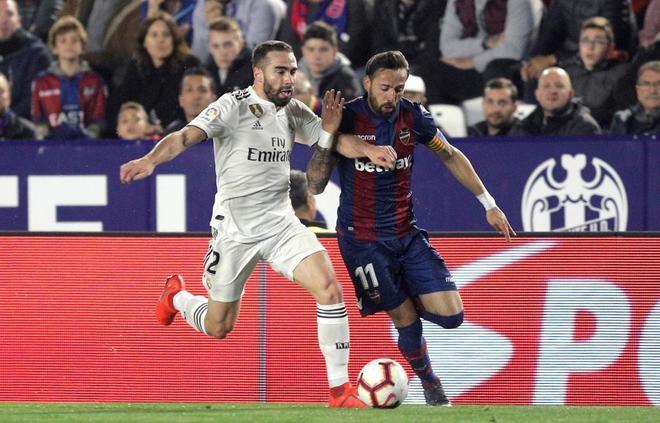 Carvajal y Morales se disputan el balón, durante el Levante - Real Madrid.