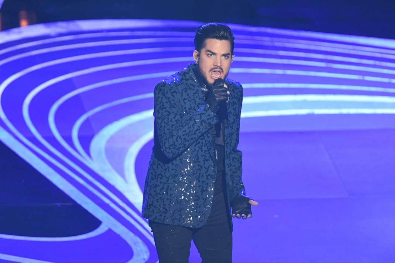 """Adam Lambert fue el encargado de iniciar la ceremonia de los Oscar con un número musical que incluía dos de los éxitos de Queen: <em>We will rock you</em> y <em>We are the champions</em>. Acompañado por la banda (Brian May y Roger Taylor) y con una escenografía que mostraba imágenes de Freddie Mercury de fondo, Adam Lambert pisó fuerte el escenario del Dolby Theatre en la apertura más musical de los premios. """"¡Bienvenidos a los Óscar!"""", gritó Lambert."""