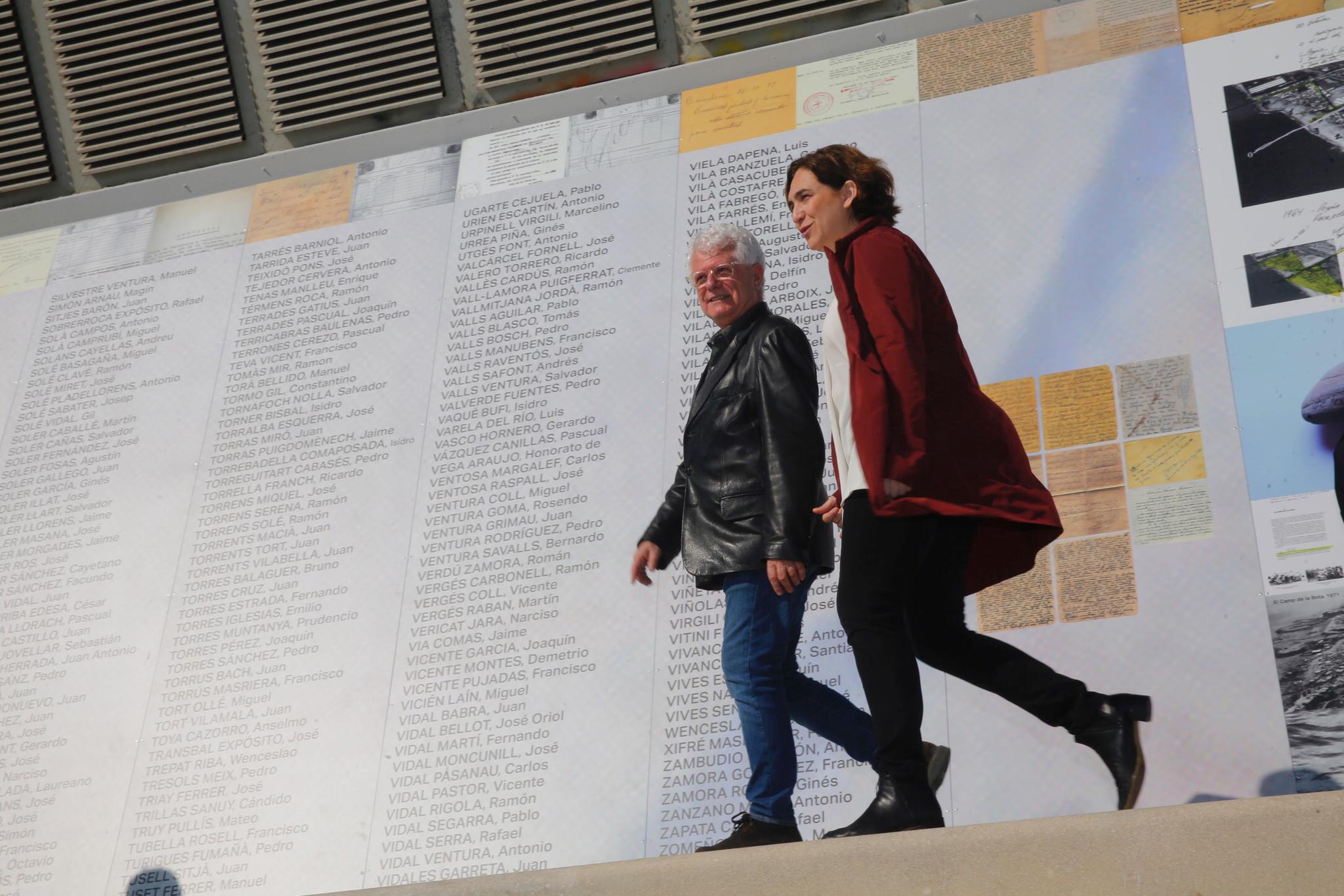 La alcaldesa de Barcelona, Ada Colau, y el comisionado de programas de Memoria del Ayuntamiento, Ricard Vinyes, en la inauguración del mural de los ejecutados en el Camp de la Bota.