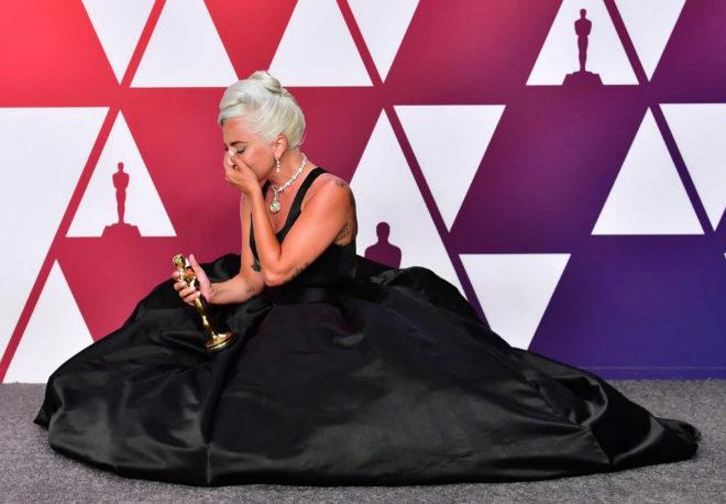 Lady Gaga posa con su Oscar a la mejor canción por 'Shallow'.