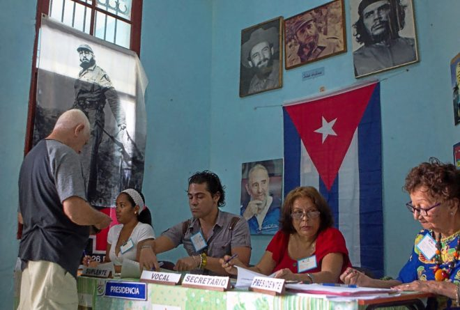 Un hombre se registra en uno de los colegios electorales antes de votar este domingo en el referendo sobre la nueva Constitución, en La Habana (Cuba).