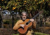 El guitarrista Rafael Riqueni, en el parque de María Luisa de Sevilla, lugar que inspira su último disco.