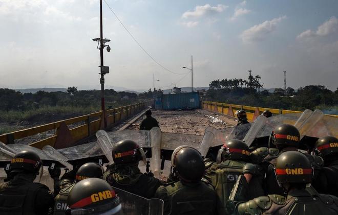 Miembros de la Guardia Nacional venezolana en enfrentamientos con manifestantes en el puente Simón Bolívar en San Antonio del Táchira (Frontera con Colombia).