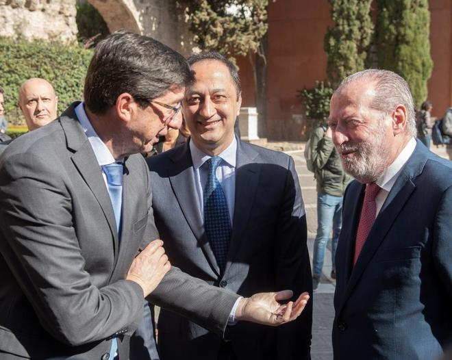 Juan Marín (a la izquierda) saluda al delegado del Gobierno, Alfonso Rodríguez Gómez de Celis, y al presidente de la Diputación de Sevilla, Fernando Rodríguez Villalobos, en el acto organizado por la FAMP con ocasión del Día de Andalucía.
