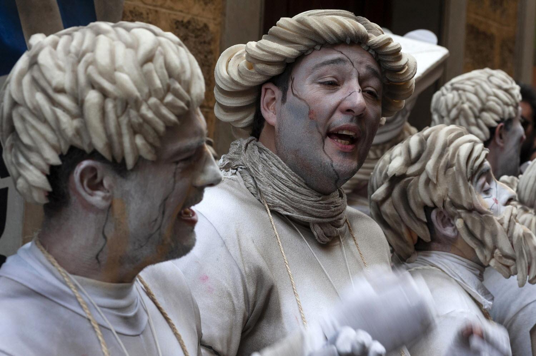 De <strong>Interés Turístico Internacional,</strong> el Carnaval de Cádiz es sin duda la mayor de cuantas celebraciones se llevan a cabo en Cádiz. Su importancia es tal que ha trascendido las fronteras gaditanas y andaluzas. En el teatro Manuel de Falla se celebra el celebérrimo <u>Concurso de Coros, Comparsas y Chirigotas,</u> en el que los gaditanos ironizan con gracia y picardía sobre la actualidad. Del <strong>28 de febrero al 10 de marzo.</strong>