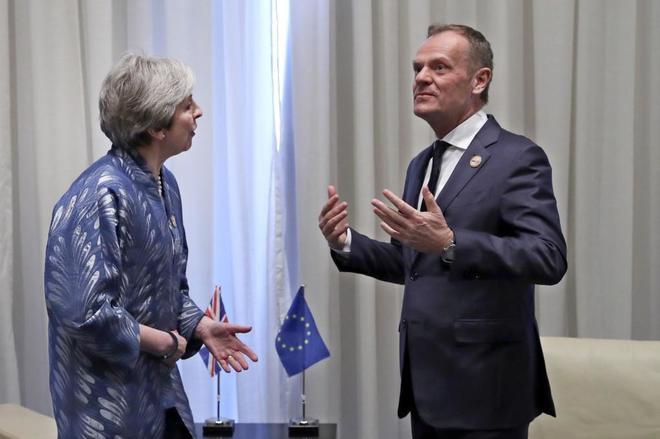 La 'premier' Theresa May, junto al presidente del Consejo Europeo, Donald Tusk, en la cumbre árabe de Sharm el-Sheikh (Egipto).