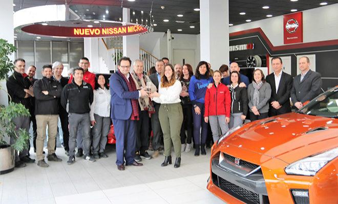 Sergio Torregrosa, director general de Nissan Almenar, recibe el Premio de manos de Paula Silva.