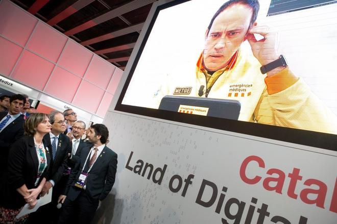 El President de la Generalitat Quim Torra (c), la consellera de Salud ,Alba Vergés (i), y el conseller de Politicas Digitales y Administración Pública ,Jordi Puigneró (d), junto a otros participantes del proyecto de una <HIT>ambulancia</HIT> conectada por tecnología 5G