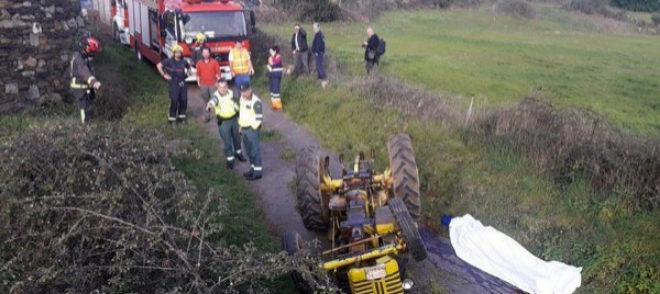 Imagen del accidente de tractor que ocurrió en O Saviñao (Lugo)
