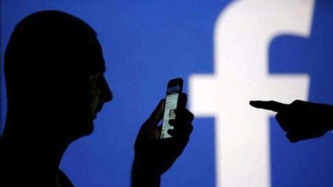 Porros, estrés y pistolas por miedo a las represalias: así viven los moderadores de Facebook