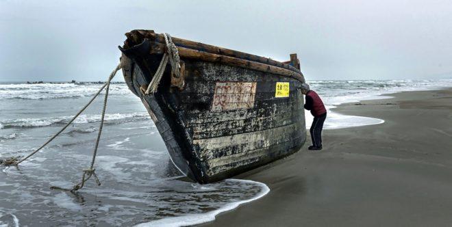 Un barco norcoreano varado en la playa japonesa de Miyazawa, en la península de Oga.