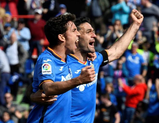 Jaime Mata (izda) celebra su gol ante el Rayo Vallecano junto a Jorge Molina.