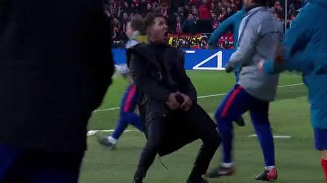 Diego Pablo Simeone, llevándose las manos a sus partes para celebrar el gol de Giménez.