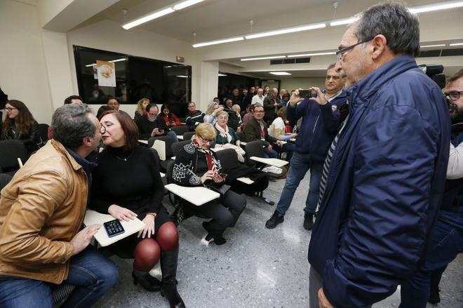 Ángel Franco (derecha) observa a Sanguino el pasado domingo en la sede del PSOE.