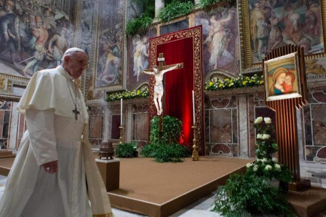 El Papa Francisco camina durante la eucaristía celebrada este domingo en el Aula Regia del Vaticano.