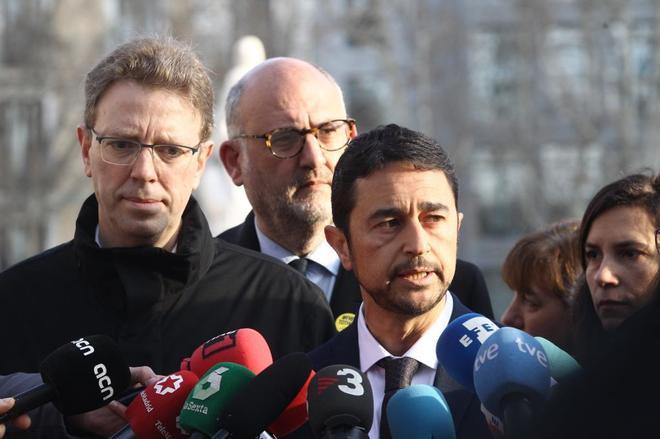 El portavoz del PdeCAT en el Parlament, Ferran Bel; el portavoz de Junts per Catalunya, Eduard Pujol; y el consejero de Territorio de la Generalitat, Damià <HIT>Calvet</HIT>, ofrecen declaraciones a los medios de comunicación
