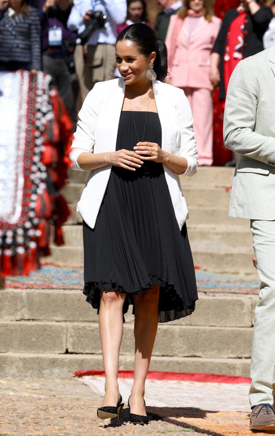 Meghan Markle con vestido plisado premamá en su viaje oficial a Marruecos