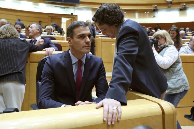 Pedro Sánchez y Magdalena Valerio en el Senado.