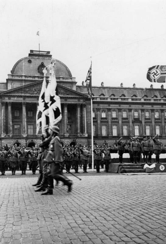 Soldados alemanes desfilando frente al Palacio Real de Bruselas en 1940.