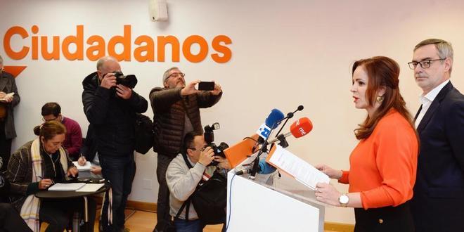 Silvia Clemente, junto al secretario general de Ciudadanos, José Manuel Villegas, en rueda de prensa en Valladolid.