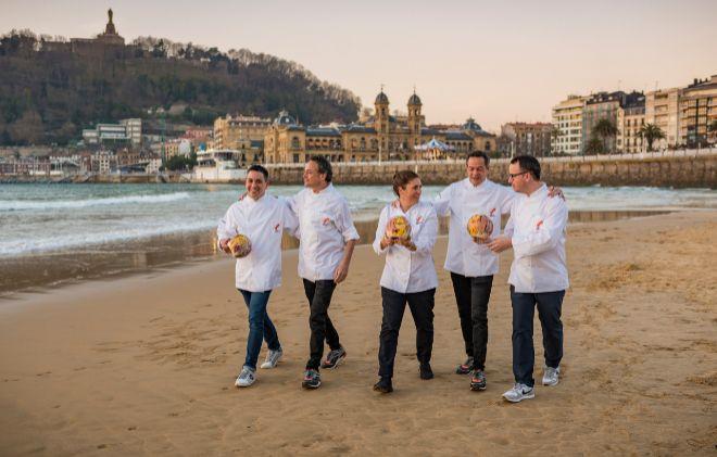 Los nuevos chefs tres soles Repsol posan en la playa de La Concha de San Sebastián.