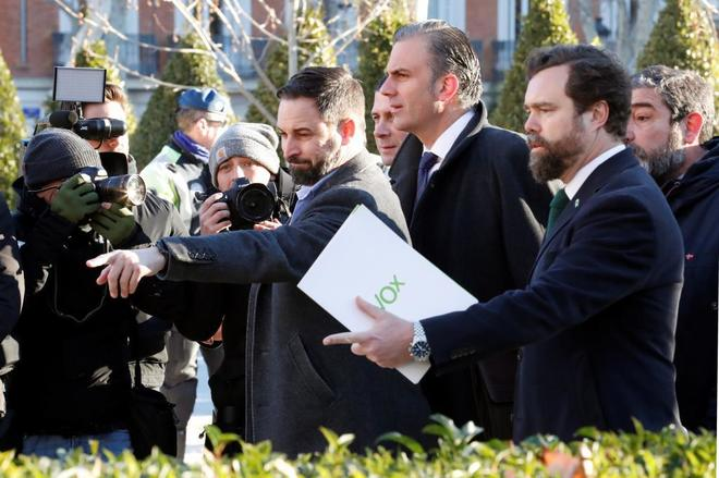 De izqda. a dcha., Santiago Abascal, Javier Ortega Smith e Iván Espinosa de los Monteros, al llegar al Supremo para el juicio del 1-O.