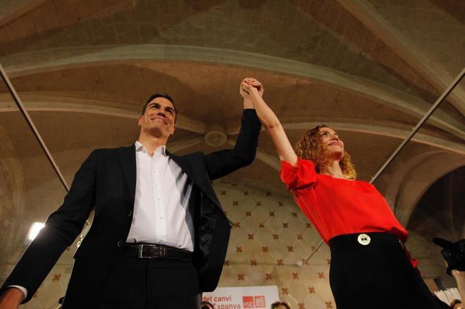 El presidente del Gobierno, Pedro Sánchez, y la ministra de Función Pública, Meritxel Batet, en un acto en Barcelona durante la última campaña electoral.