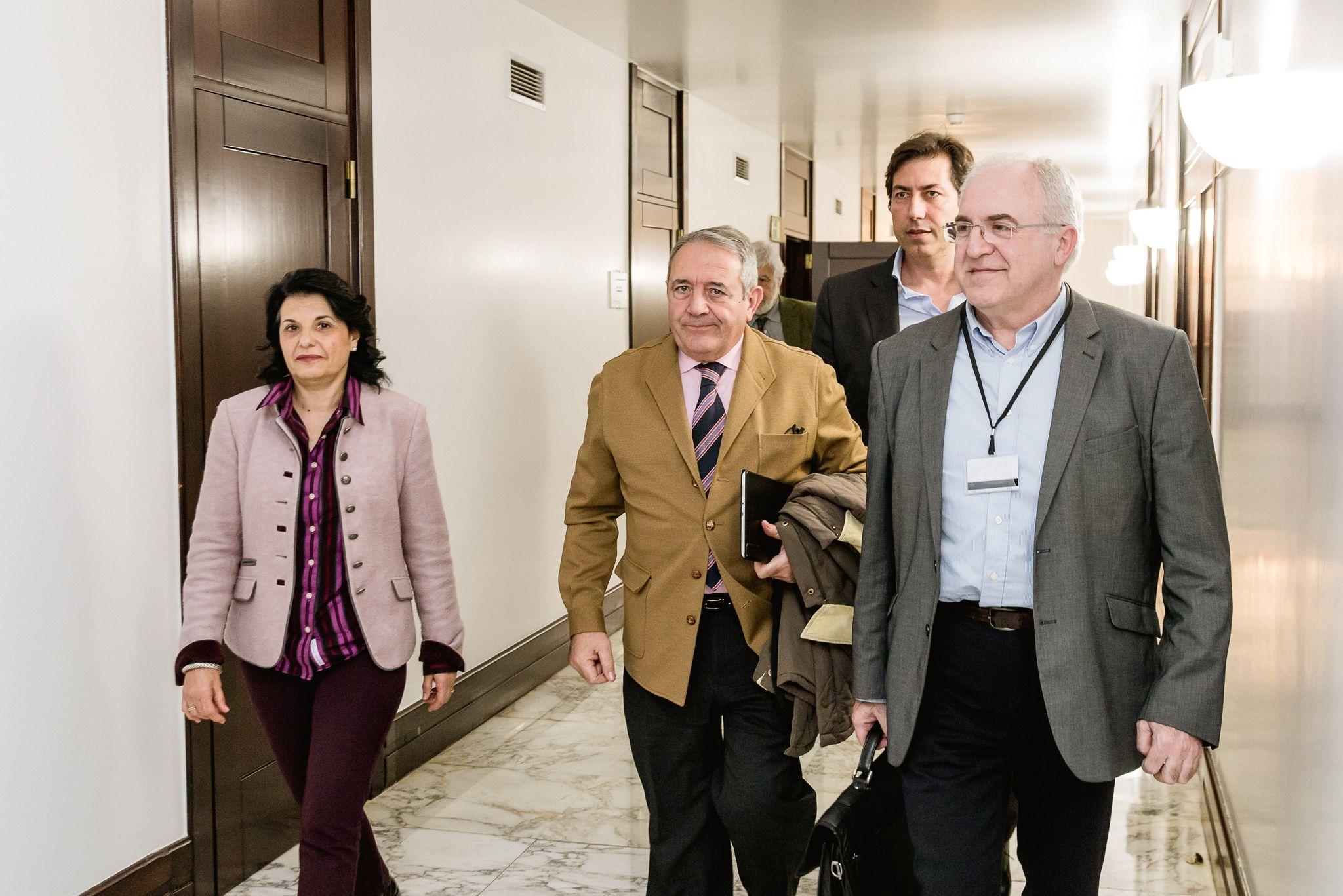 Los representantes de los centros concertados en el Parlamento Vasco antes de su comparecencia.