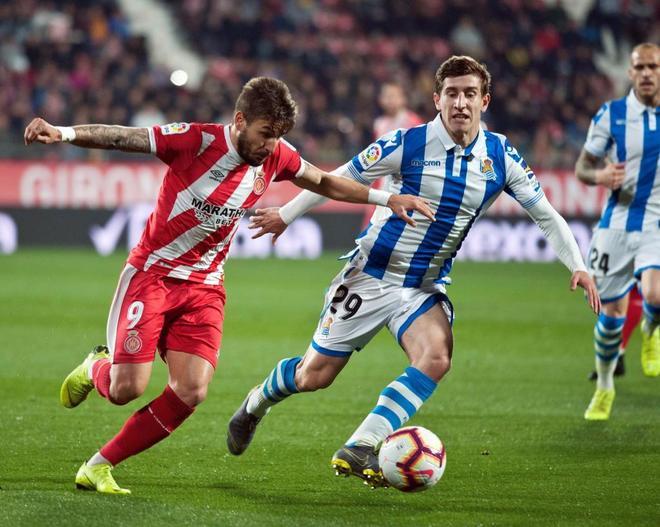 Portu trata de dejar atrás a Fran Beltrán durante el partido entre Girona y Real Sociedad.