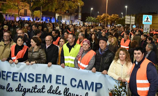 Los políticos municipales encabezaron, este lunes, la manifestación junto a los agricultores, para exigir unión pese a la 'guerra electoral' que se avecina.