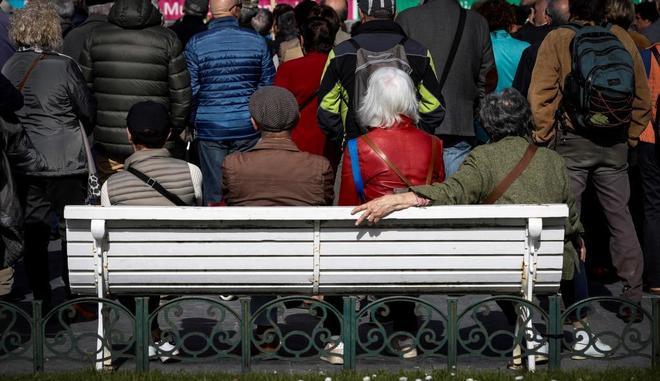 Un grupo de jubilados durante una protesta para pedir una subida de las pensiones en San Sebastián.