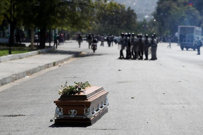 El ataúd de uno de los fallecidos durante las protestas en Puerto Príncipe.