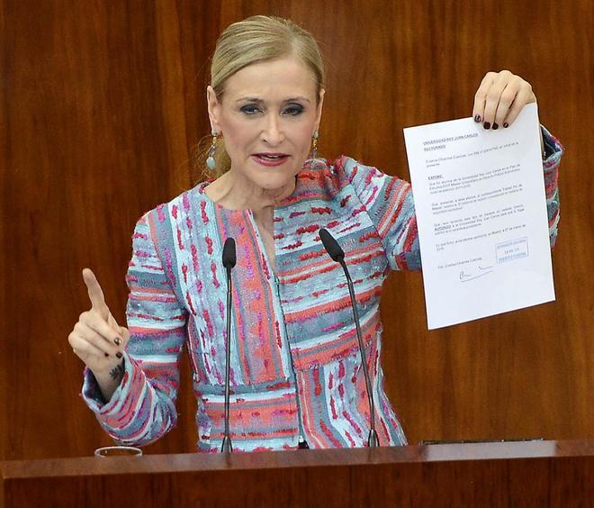 La ex presidenta Cifuentes muestra en la Asamblea el acta del máster presuntamente falsificada.