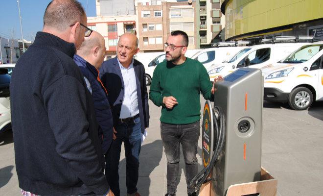 El alcalde y el concejal de Servicios Públicos presentaron este lunes la nueva flota de vehículos municipales.