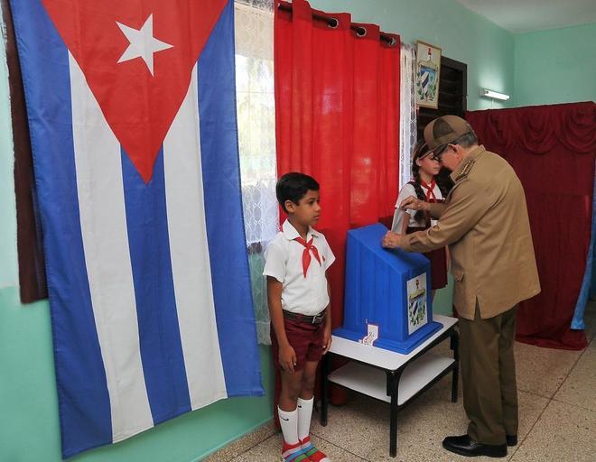 El ex presidente cubano, Raúl Castro, vota en el referéndum sobre la Constitución.
