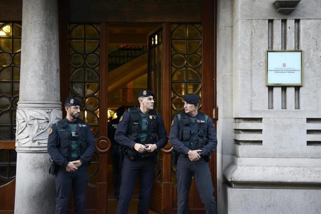 Agentes de la Guardia Civil ante la sede de Economía tras comenzar la 'Operación Anubis'