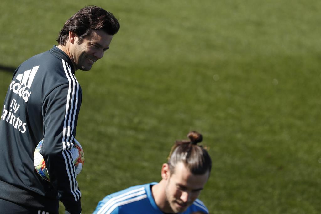 Santiago Solari observa a Gareth Bale, durante el último entrenamiento del Real Madrid.