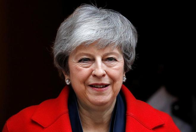 La 'premier' Theresa May sale de Downing Street, este martes.