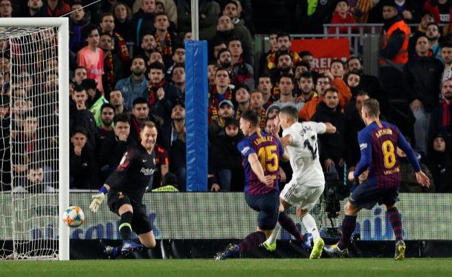 Jugadores de Real Madrid y Barcelona durante el partido de ida de Copa del Rey