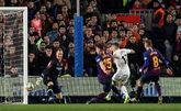 Jugadores de Real Madrid y Barcelona durante el partido de ida de Copa...
