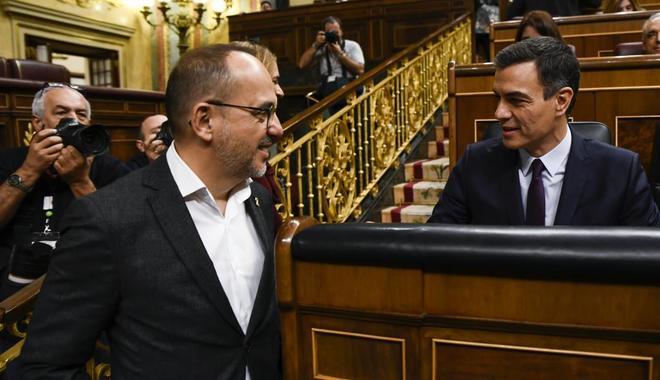 El diputado del PDeCAT Carles Campuzano conversa con Pedro Sánchez, la pasada semana, en el Congreso.