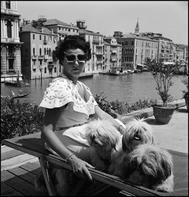 La coleccionista Peggy Guggenheim en su 'palazzo' del Gran canal de Venecia, en 1950.
