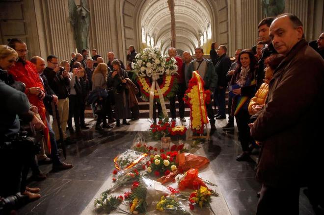 Feligreses en la Basílica del Valle de los Caídos alrededor de la tumba de Franco.