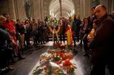 Feligreses en la Basílica del Valle de los Caídos alrededor de la...