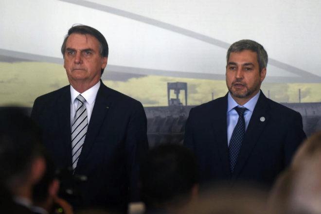 Jair Bolsonaro y Mario Abdo Benitez atienden al nombramiento del nuevo director de la parte brasileña de Itaipú, Joaquim Silva e Luna.